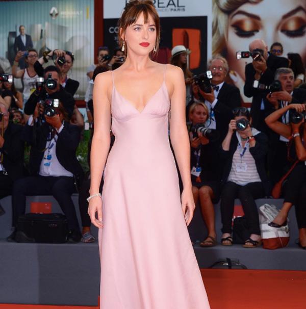 quality design 77c61 0e01b Dakota Johnson incanta il Festival del Cinema di Venezia ...