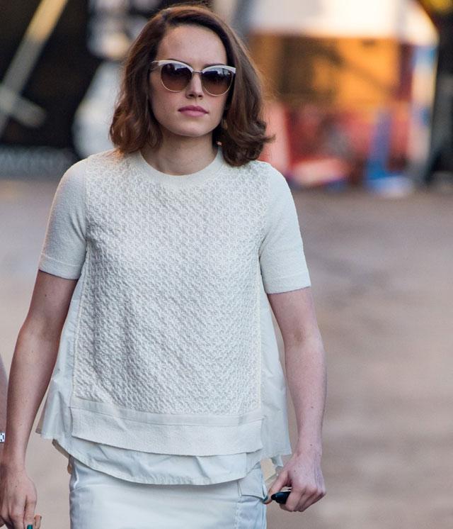uk availability 6e014 fde9c Daisy Ridley, l'attrice di Star Wars, con gli occhiali da ...