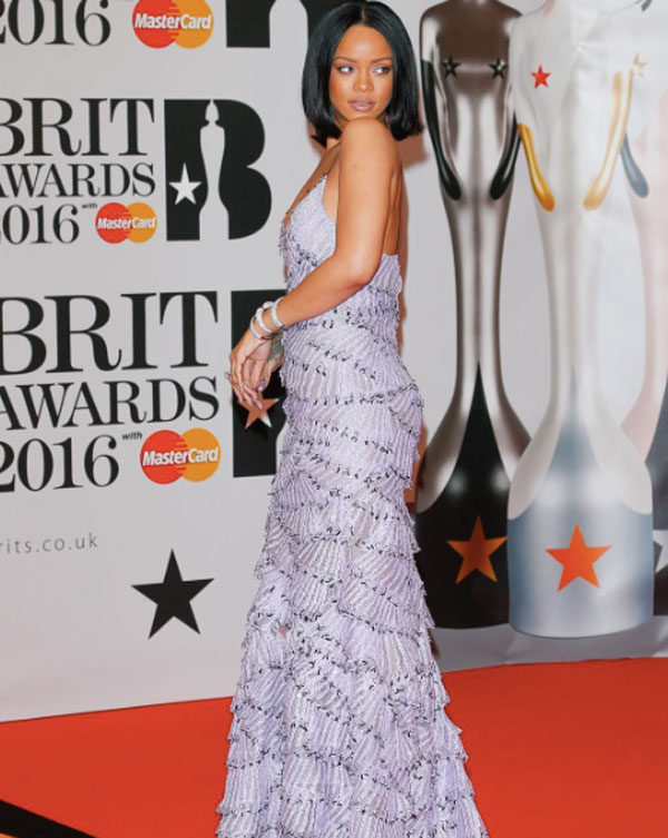 official photos c9d6e f5b66 Brit Awards 2016, l'abito di Rihanna firmato Armani Privè e ...