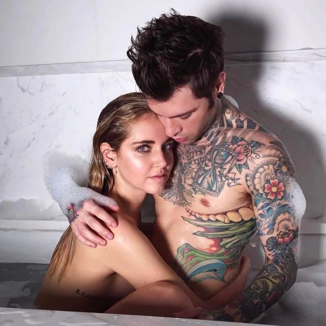 Fedez e chiara ferragni bacio mozzafiato in vasca da bagno for Vasca da bagno per lui e per lei