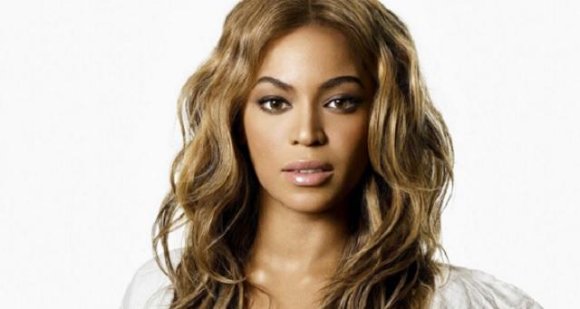 Beyoncé circondata da fiori e colori presenta al pubblico i gemelli Carter e Rumi