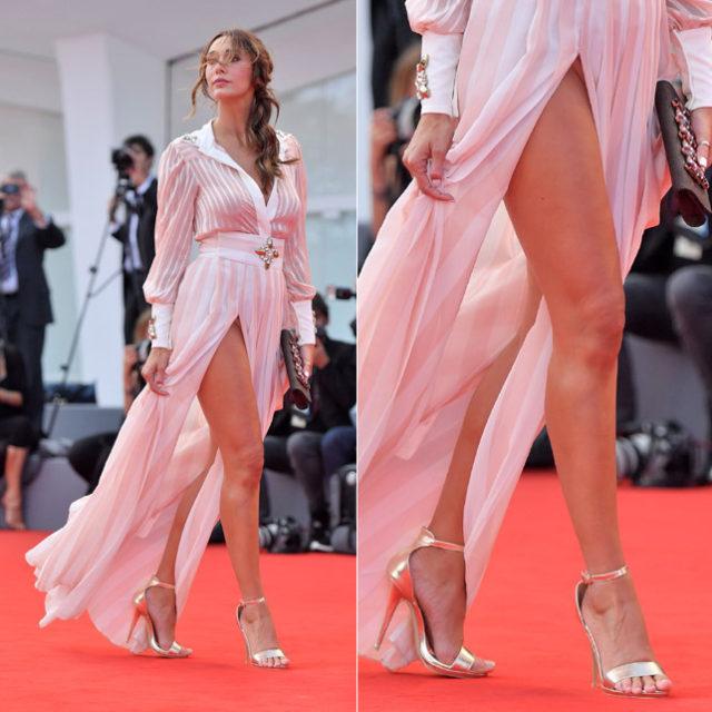 Sonia Lorenzini mostra le mutande sul red carpet di Venezia, tutto studiato?