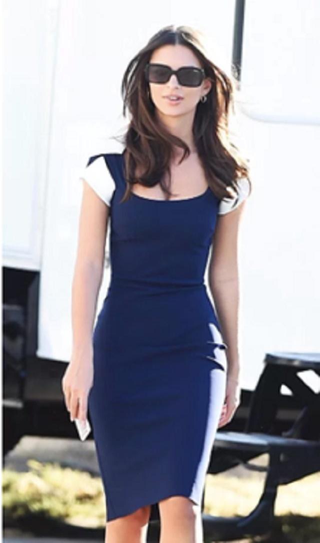 Emily Ratajkowski indossa Chiara Boni La Petite Robe