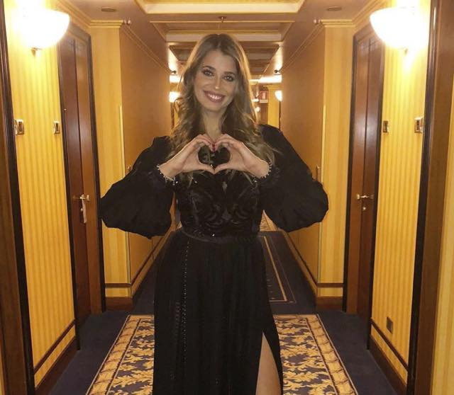 Ivana Mrazova abito stilista 90 Special che look indossa?