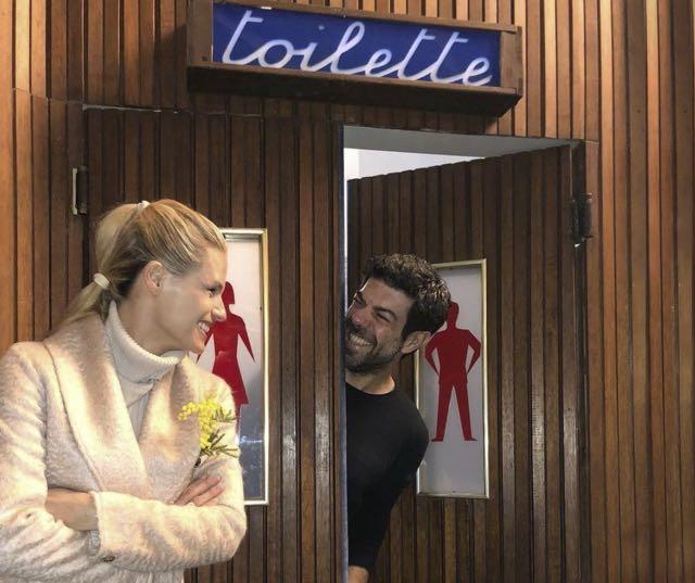 Sanremo 2018 Michelle Hunziker e Favino insieme alla toilette?