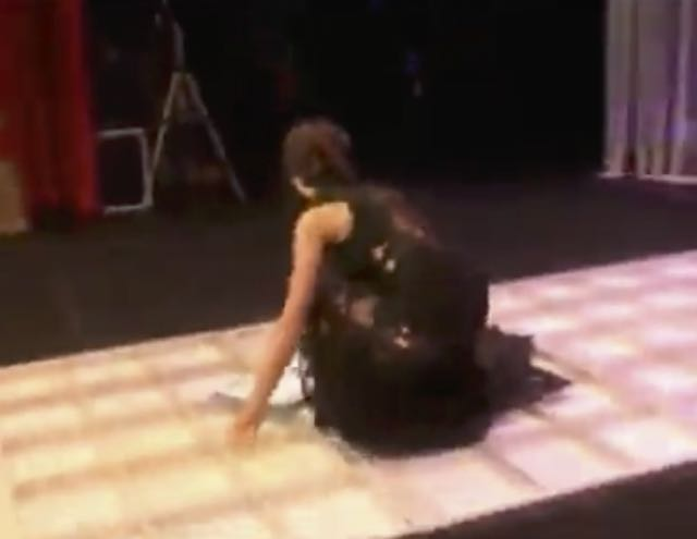 Cecilia Rodriguez cade dal palco durante una serata ecco il video