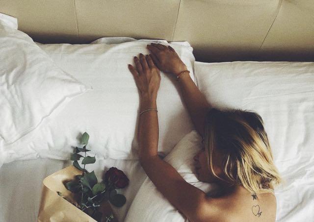 Sabrina Ghio di Uomini e donne senza reggiseno nel letto
