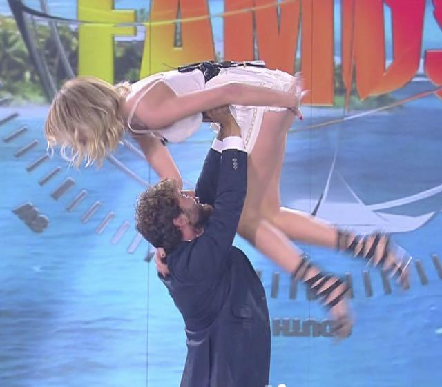 Alessia Marcuzzi balla Dirty Dancing con De Martino e si vedono le mutande