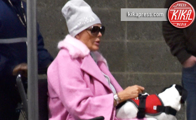 Brigitte Nielsen, l'ex di Stallone, sta male? Fotografata sulla sedia a rotella in ospedale