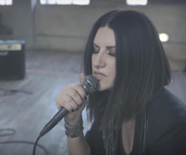 """Laura Pausini litiga con l'amica e le dedica una canzone dura """"Frasi a metà"""", storia e video"""
