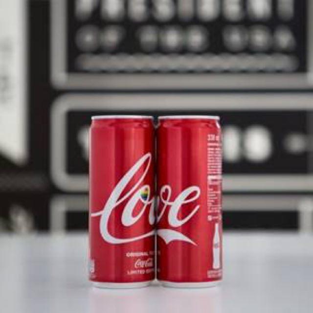 Gay Pride Milano giugno 2018 Coca Cola in segno dell'amore con la lattina LOVE