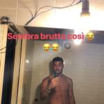Lorenzo Riccardi beccato mentre fa pipì per strada e la foto compromettente
