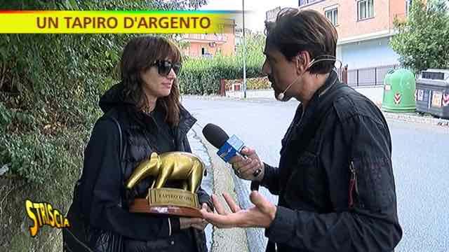 """Asia Argento Tapiro d'oro a Striscia la notizia:""""Mi dai un abbraccio senza dire che ti sto molestando?"""""""