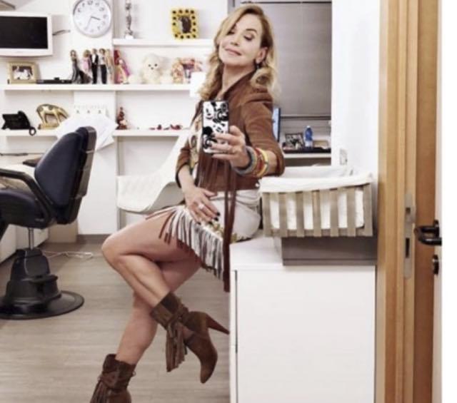 Barbara D'Urso a Domenica Live il look e abito western che fa tendenza