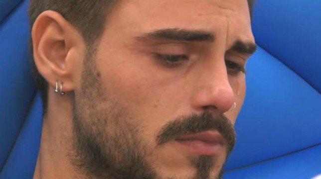 Francesco Monte scoppia a piangere perchè pensa alla mamma morta