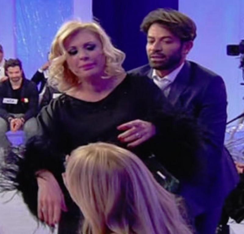 Uomini e donne over Tina offende pesantemente Gemma e poi si copre con un cuscino
