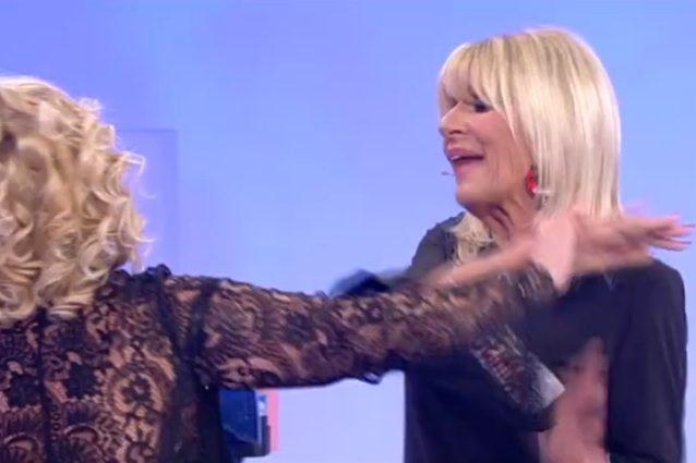 Tina Cipollari alza la gomma a Gemma a Uomini e donne Video