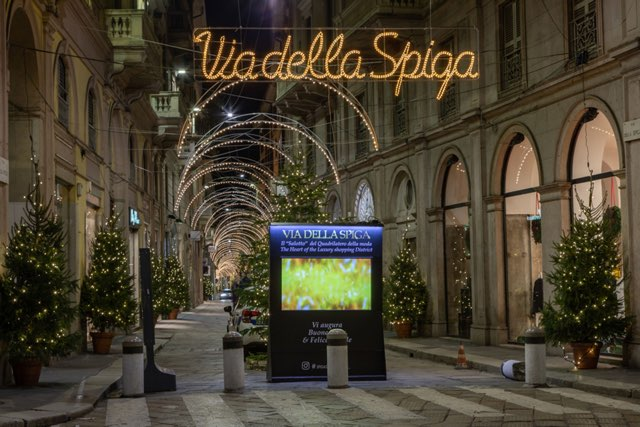 Luci di Natale a Milano nelle vie della moda e nel cuore della città