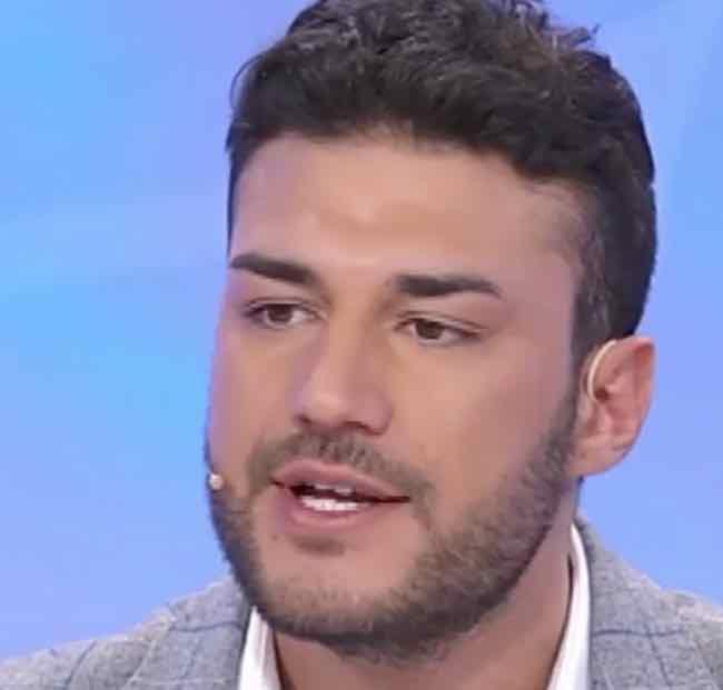 La scelta finta di Lorenzo Riccardi a Uomini e donne spiazza tutti e la reazione di Giulia e Claudia