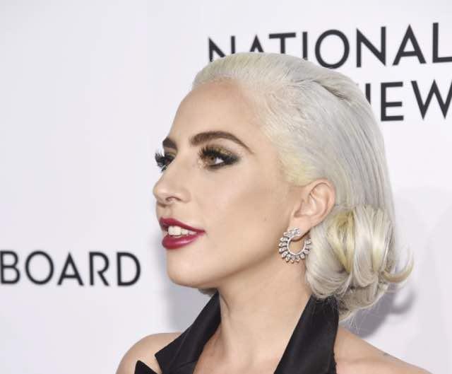 Lady Gaga ai National Board Annual Awards Gala indossa orecchini sensazionali