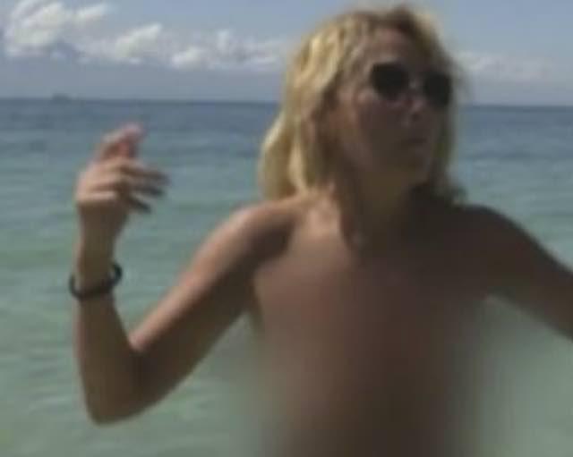 Jo Squillo all'isola dei famosi resta in topless e balla in acqua