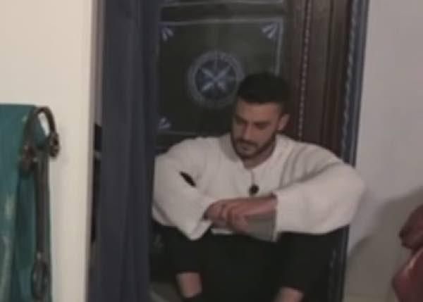 """Lorenzo Riccardi piange in villa """"Non ce l'ho una scelta non ce l'ho!"""""""