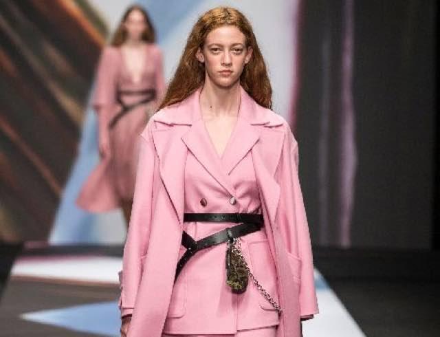 Milano moda donna colori e arcobaleno per l'autunno inverno 2019