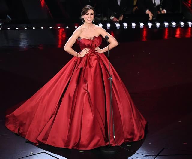 Virginia Raffaele in abito rosso nella seconda serata di Sanremo 2019