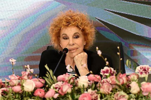 Ornella Vanoni Ora o mai più abito e stilista che look ha scelto?