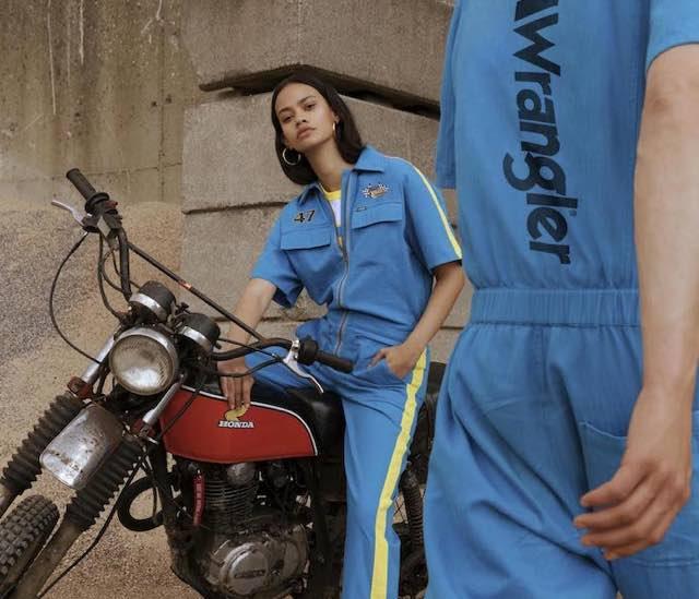 Jeans e colori blu e gialla per la moda primavera estate 2019