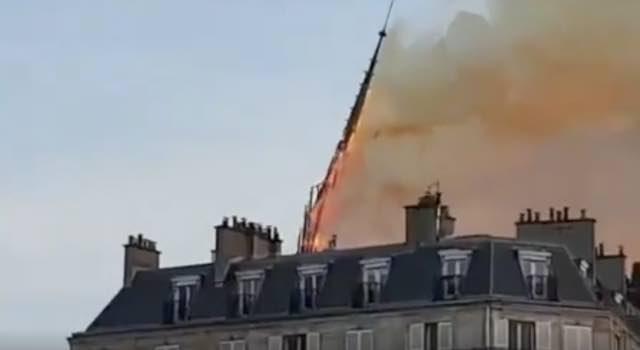 Notre Dame incendio choc nel mondo non resterà più niente e cade la guglia