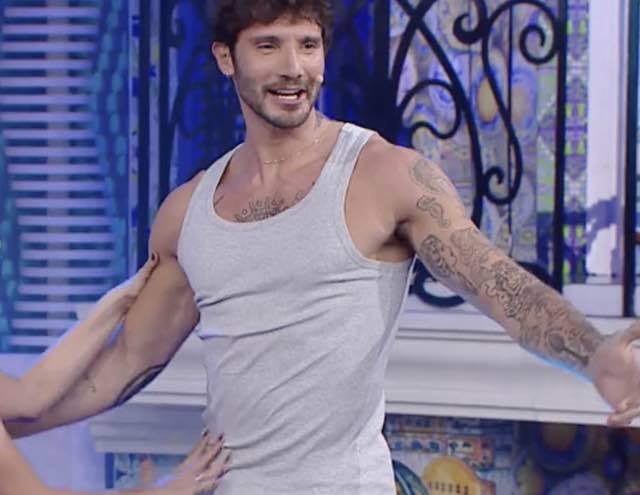 Stefano De Martino resta in mutande in Tv e poi si fa sculacciare