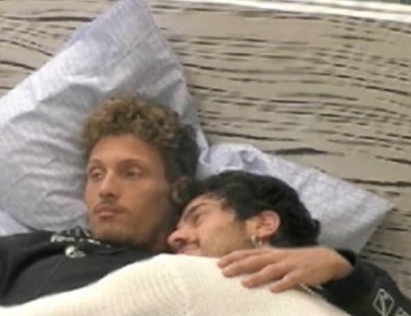 Grande Fratello Gaetano e Gennaro coccole intime a letto