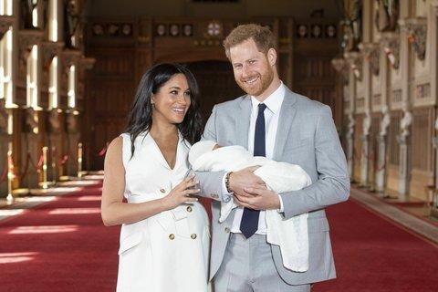 La foto del Royal baby figlio di Harry e Meghan compare sui social la felicità dei genitori