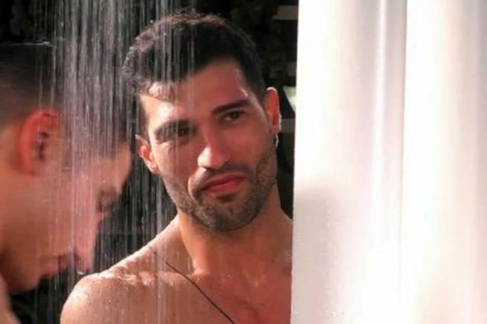 Michael Terlizzi del Gf 16 si abbassa il costume sotto la doccia il video