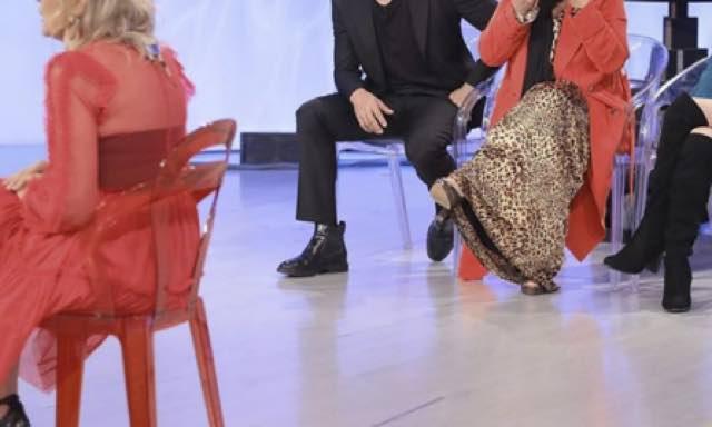 Tina Cipollari con capelli neri cambio look ecco le foto dal trono Over