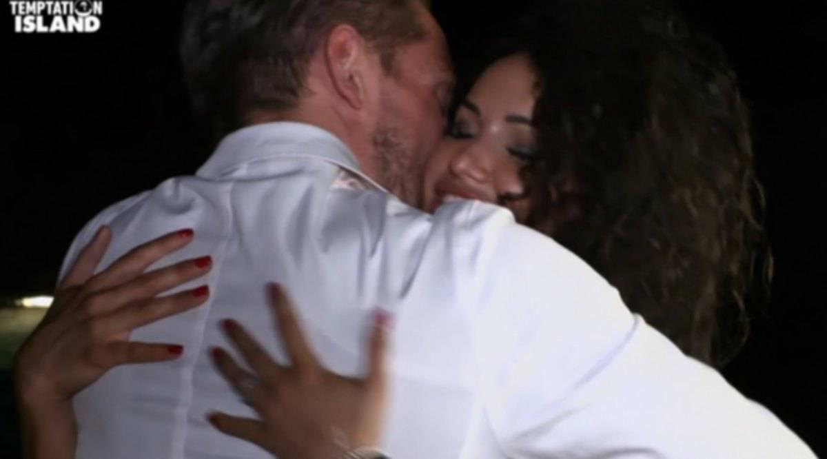 Vittorio lascia Katia ma becca il palo dalla single Vanessa un mese dopo