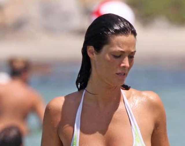 Manuela Arcuri in costume al mare sempre bella e sexy per l'estate