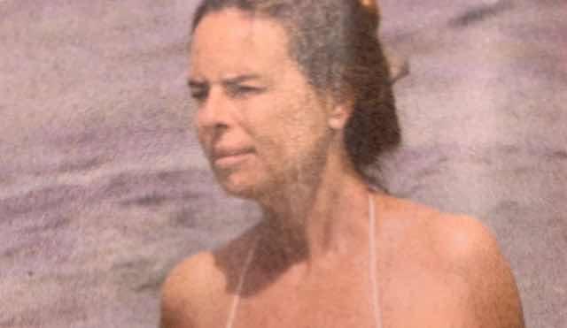Paola Perego al mare prova costume non superata anche se resta una bella donna