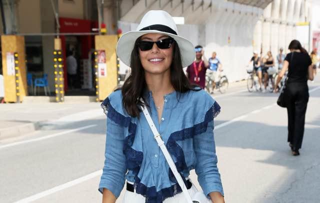 Alessandra Mastronardi in Laguna stupisce con i suoi look super cool