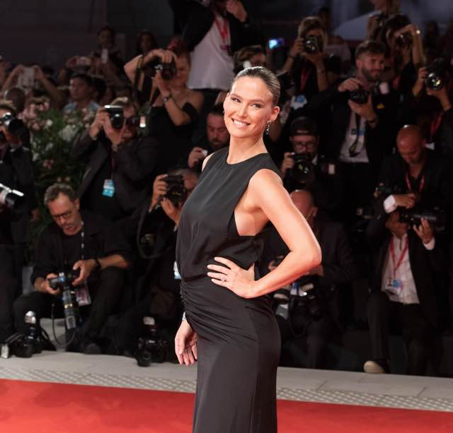 Bar Rafaeli incinta sul red carpet della Mostra del cinema di Venezia abito
