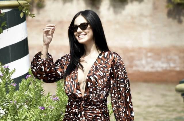 Giulia De Lellis arriva al Festival del cinema di Venezia e c'è il bacio con Iannone