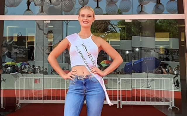 Miss Italia Domiziana la riserva che sfila sul red carpet del Festival di Venezia