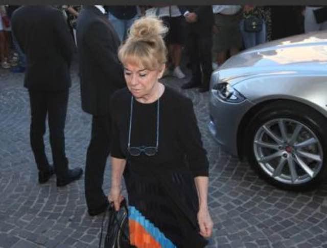 Nadia Toffa funerali il pianto disperato della madre all'entrata della chiesa