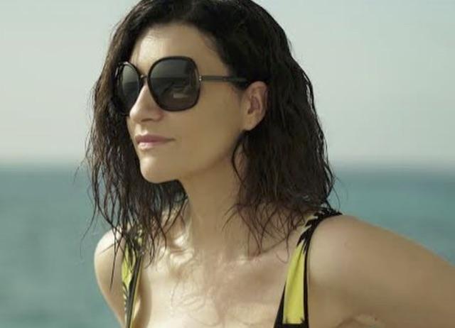 Laura Pausini seno enorme in costume al mare ma è tutta farina del suo sacco?