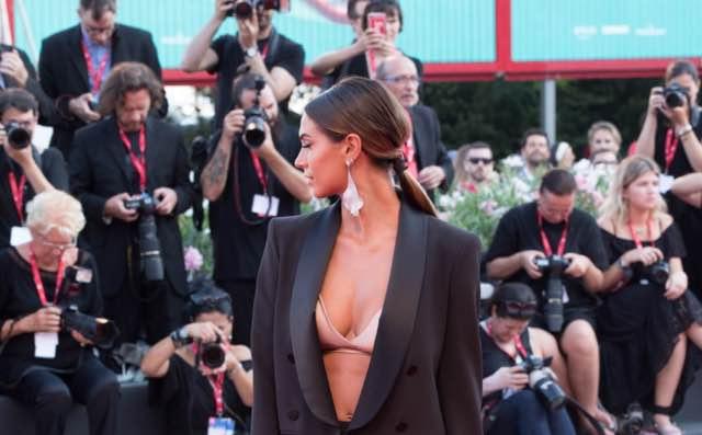 Melissa Satta il reggiseno esplosivo sul red carpet del Festival di Venezia