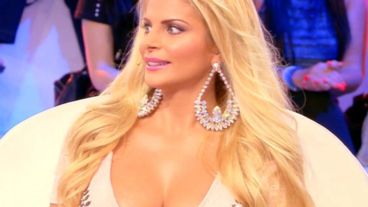 Francesca Cipriani Lato B senza costume al mare la foto cult