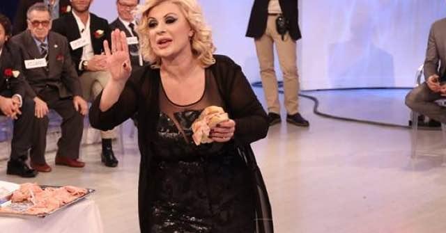 Tina Cipollari ecco quanto pesa è salita sulla bilancia e vuole dimagrire