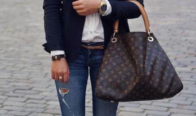 Come indossare un paio di jeans per essere alla moda e
